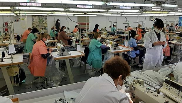 Фабрики във Враца вече шият  защитни дрехи и маски срещу коронавируса
