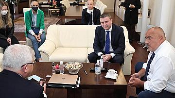 Борисов се срещна с две гимназистки: Ще има изпращане на абитуриенти