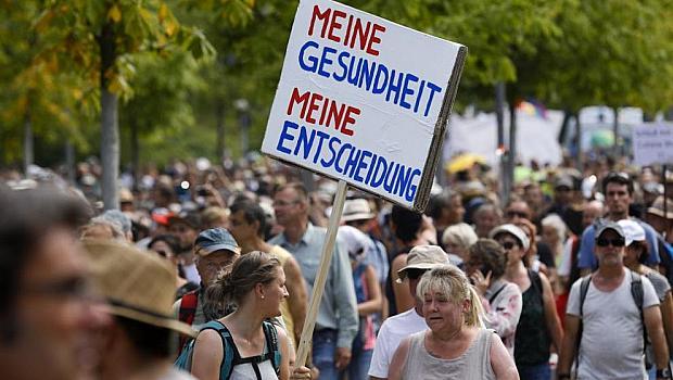 Протести срещу ковид мерките и сблъсъци в Берлин