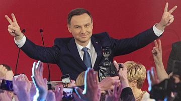 Анжей Дуда води в Полша