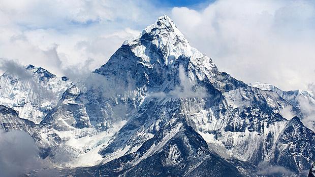 Еверест стана по-висок с почти метър