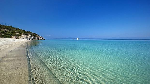 Плажовете в Гърция отварят в събота, без узо на пясъка