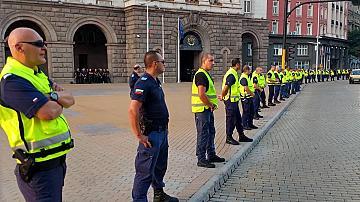 Полицаи, охраняващи протестите с Ковид-19