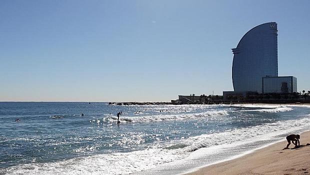 В Испания с маски и на плажа