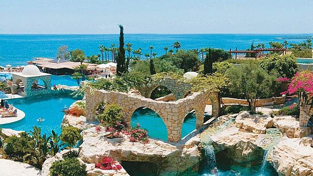 Кипър отваря плажовете от днес
