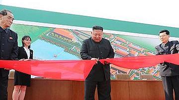 Ким Чен Ун се появи, помаха от нов завод