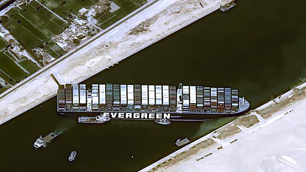 Суецкият канал остава затворен
