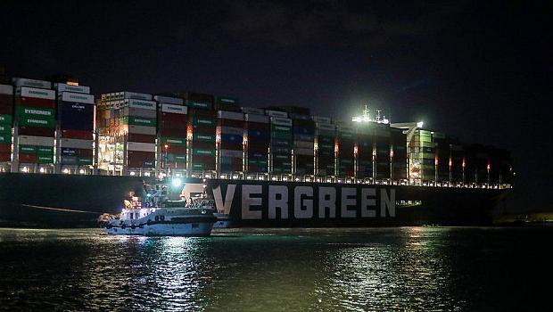 Преместиха заседналия кораб в Суецкия канал