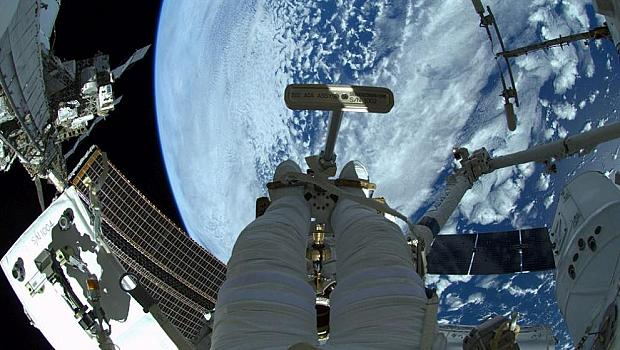 """Космическият кораб """"Дракон"""" се скачи успешно с МКС"""