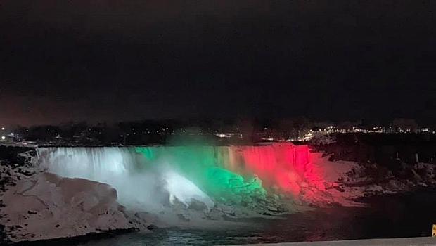Ниагарският водопад в цветовете на българското знаме