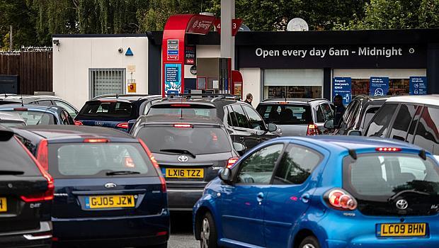 Великборитания използва военни шофьори за кризата с бензина