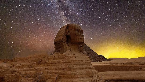 """Пирамидите в Египет с надпис""""Останете вкъщи!"""""""