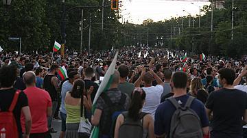 Стотици протестиращи блокираха движението на Орлов мост в София