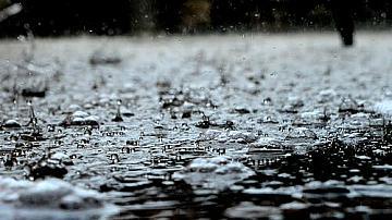 Поройни дъждове превърнаха улици в реки, наводнени са къщи