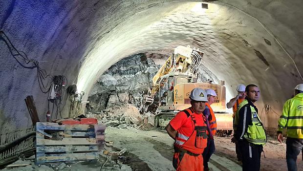 """Трима пострадаха при срутване на тунел на магистрала""""Струма"""""""