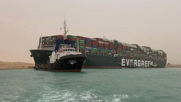 Корабът задръстил Суецкия канал частично деблокиран