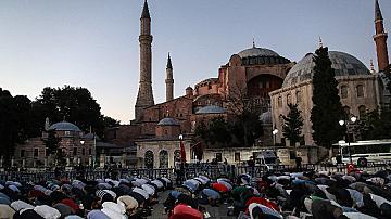 Хиляди на молитва в Света София в Истанбул