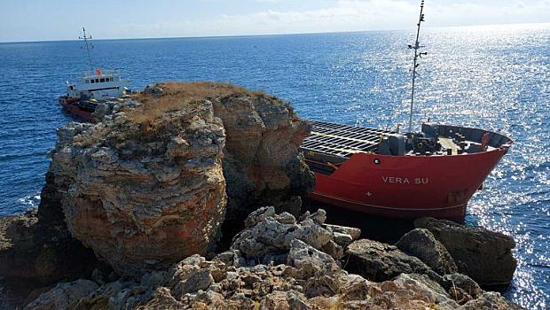 Заседналият товарен кораб край Каварна се е наклонил