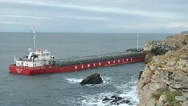 Заседналият кораб потъва